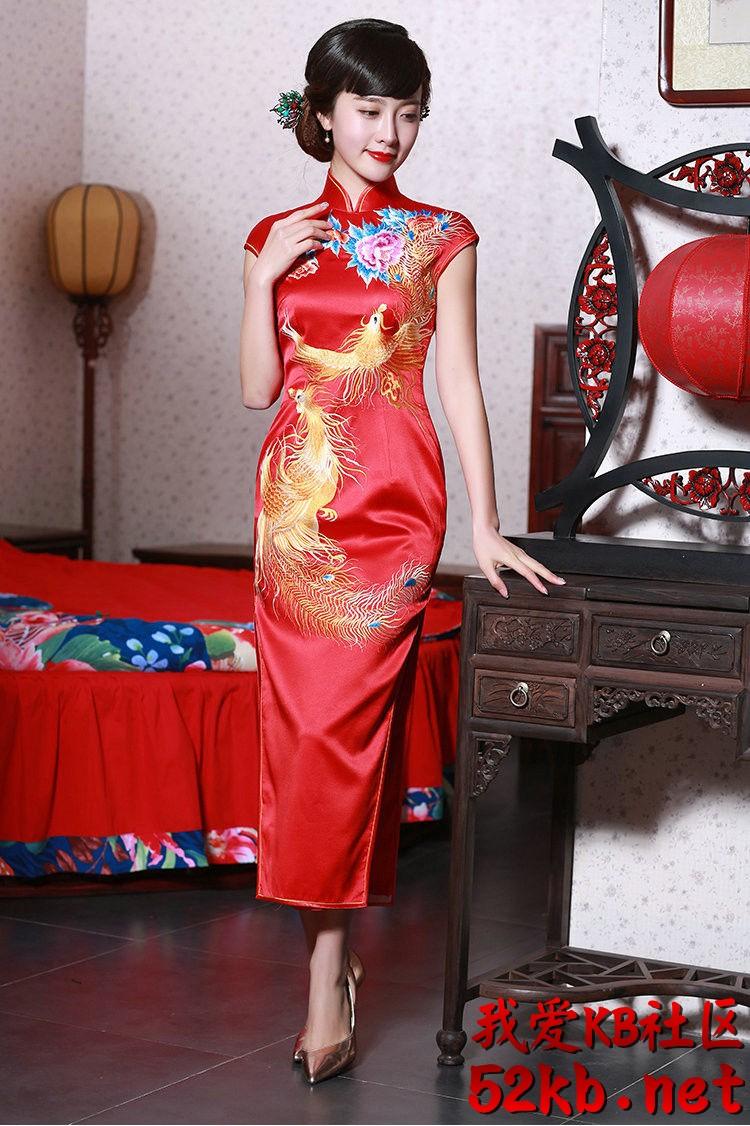 凤凰图案的红丝绸旗袍