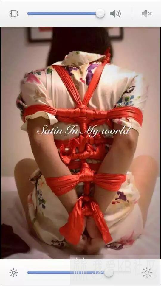 红色绸带捆绑穿丝绸裙子的女人