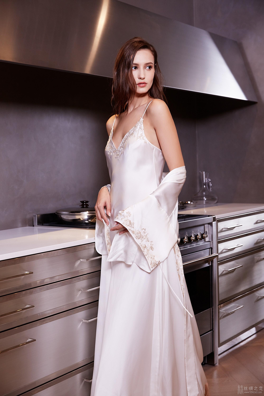 52kb 真丝一体式长袍,质感轻盈的意大利真丝缀以纯手工法国蕾丝袖边 TIMGAO070520688.jpg  丝绸物品爱好者 122127u2iv89b8i9zvridy
