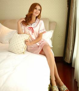 模特索蕾娜姓感睡衣迷人写真