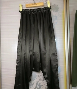 灯笼裤,(一条缎面向内,一条双层的),丝滑无限。
