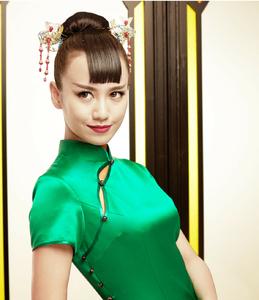 【春晓】女子身着绿色的旗袍,外搭配米白色的仙鹤刺绣外套