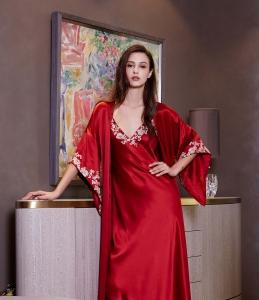 真丝一体式长袍,质感轻盈的意大利真丝缀以纯手工法国蕾丝袖边