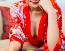 红色丝绸睡衣美女